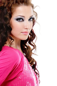 Porträt der jungen schönen frau mit mode blau hellem make-up