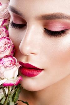 Porträt der jungen schönen frau mit stilvollem make-up