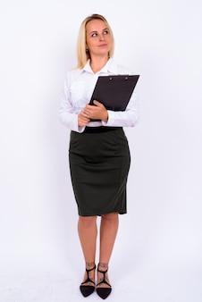 Porträt der jungen schönen geschäftsfrau mit blondem haar gegen weiße wand