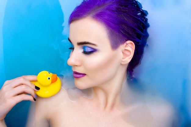 Porträt der jungen schönen modefrau mit dem purpurroten haar