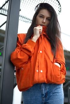 Porträt der jungen schönen modischen frau hippie in der roten jacke im sommer nahe dem sommerhaus