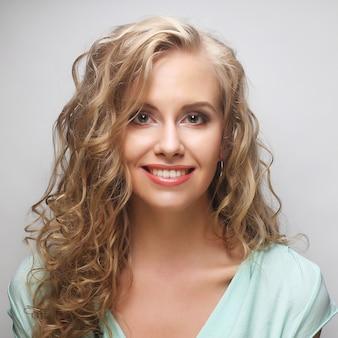 Porträt der jungen sinnlichen blonden frau.