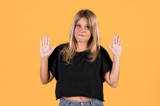 Porträt der jungen sperrungsfrau, die keine geste auf gebärdensprache zeigt