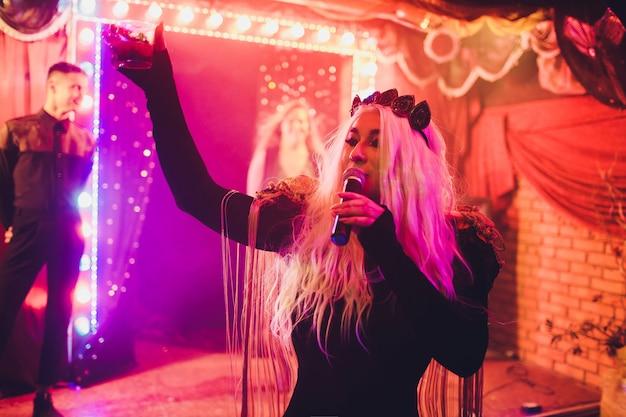 Porträt der jungen transgenderfrau im hellen kostüm auf farbe