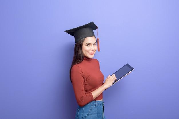 Porträt der jungen universitätsstudentenfrau mit abschlusskappe