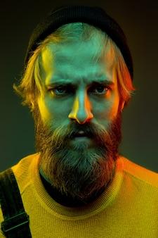 Porträt der kaukasischen frau lokalisiert auf gradientenraum im neonlicht. schönes männliches modell mit hipster-stil