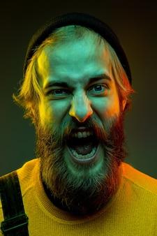 Porträt der kaukasischen frau lokalisiert auf gradientenstudiohintergrund im neonlicht. schönes männliches modell mit hipster-stil. konzept der menschlichen emotionen, gesichtsausdruck, verkauf, anzeige. verrücktes schreien.