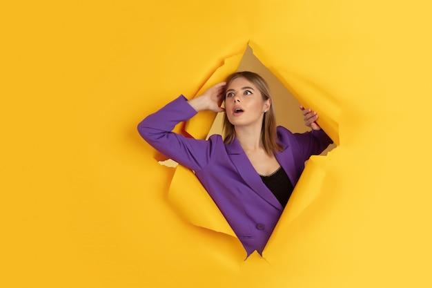 Porträt der kaukasischen jungen frau auf gelb, emotional und ausdrucksstark