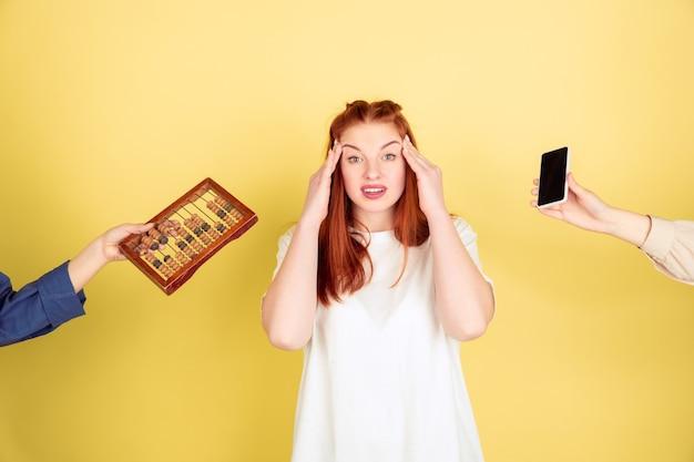Porträt der kaukasischen jungen frau auf gelbem hintergrund, zu viele aufgaben