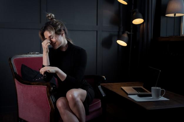 Porträt der klugen geschäftsfrau, die lacht