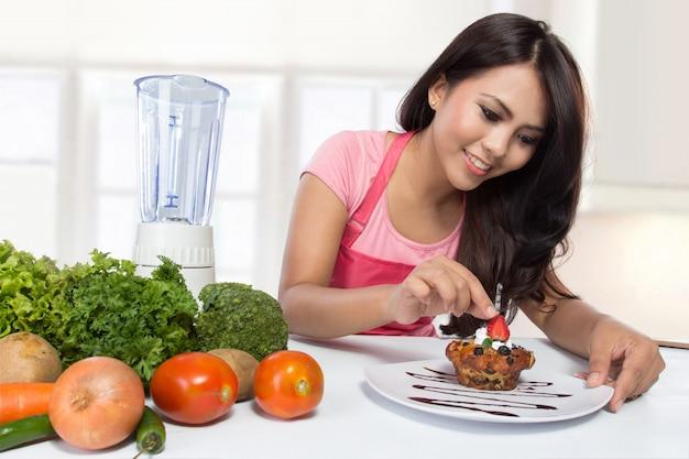 Porträt der kochenden frau in der küche