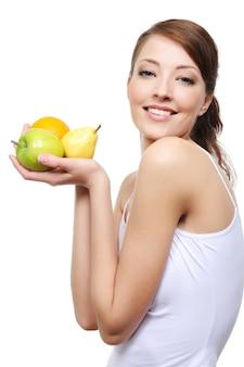Porträt der lachenden glücklichen jungen frau mit früchten