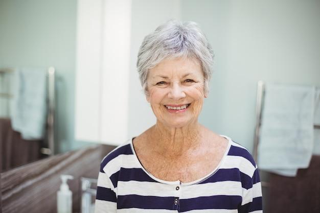 Porträt der lächelnden älteren frau