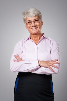 Porträt der lächelnden älteren geschäftsfrau