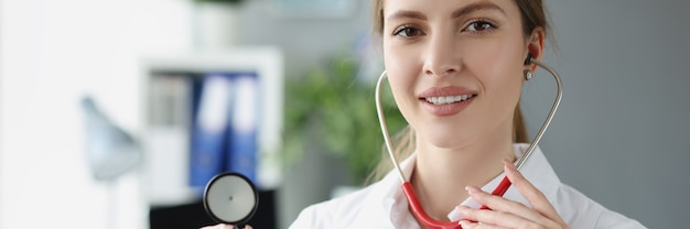 Porträt der lächelnden ärztin mit stethoskop nahaufnahme