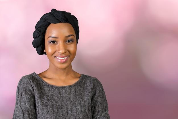 Porträt der lächelnden afroamerikanerfrau