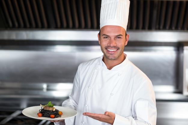 Porträt der lächelnden chefhalteplatte
