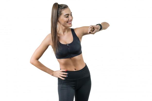 Porträt der lächelnden eignungsfrau in der sportkleidung