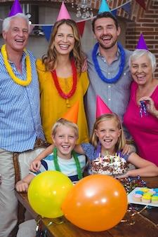 Porträt der lächelnden familie der multi generation, die geburtstag feiert