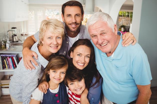 Porträt der lächelnden familie mit großeltern