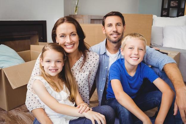 Porträt der lächelnden familie mit pappschachteln