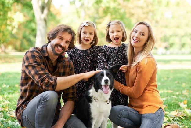 Porträt der lächelnden familie und des hundes
