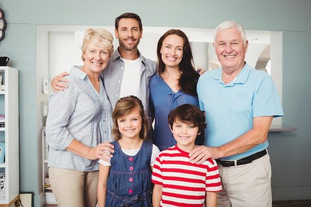 Porträt der lächelnden familie