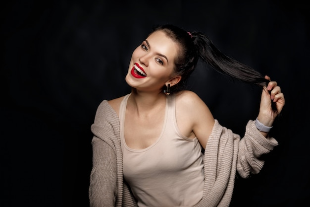 Porträt der lächelnden frau auf schwarzem