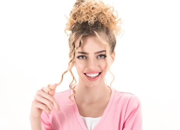 Porträt der lächelnden frau mit dem lockigen haar lustiges positives mädchen mit dem lockigen haar lokalisiert auf weiß