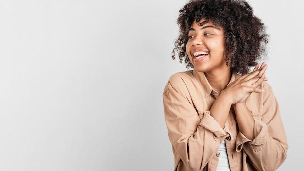 Porträt der lächelnden frau mit kopienraum