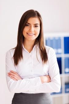 Porträt der lächelnden jungen geschäftsfrau im büro