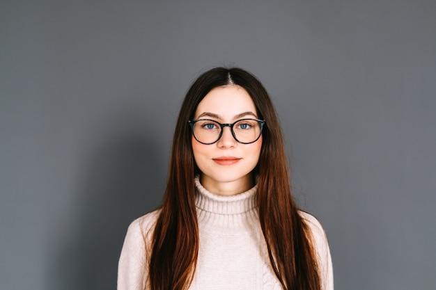 Porträt der lächelnden jungen kaukasischen frau in brillen