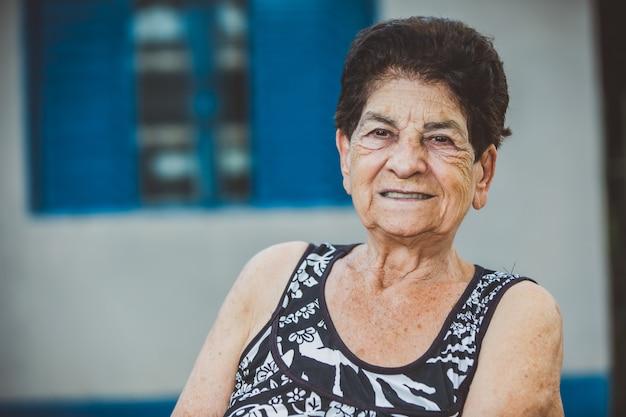 Porträt der lächelnden schönen älteren frau