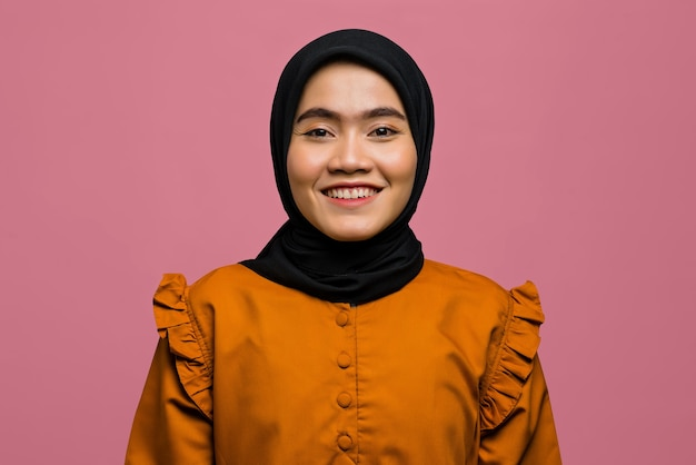 Porträt der lächelnden schönen asiatischen frau und des tragen des hijab
