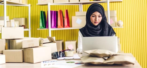 Porträt der lächelnden schönen muslimischen besitzerin asiatische frau freiberufler