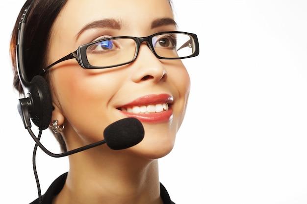 Porträt der lächelnden weiblichen telefonarbeitskraft der kundenbetreuung