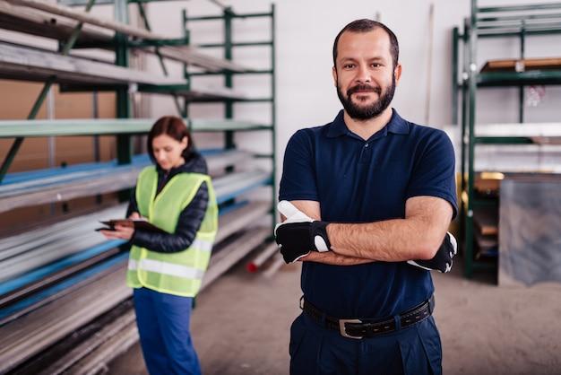 Porträt der lagerarbeitskraft kamera betrachtend