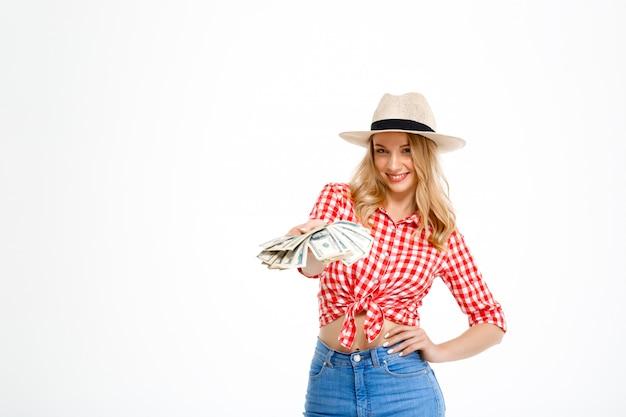 Porträt der landfrau, die geld auf weiß hält.