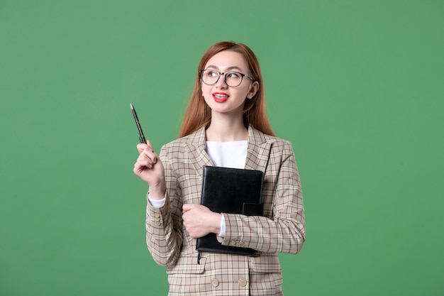 Porträt der lehrerin im anzug auf grün