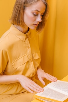 Porträt der lesefrau in einer gelben szene