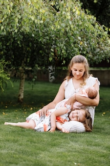 Porträt der liebenden mutter und zweier entzückender kinder