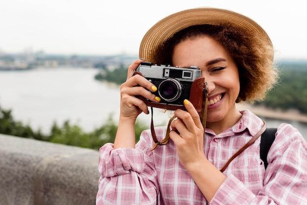 Porträt der lockigen frau, die ein foto macht