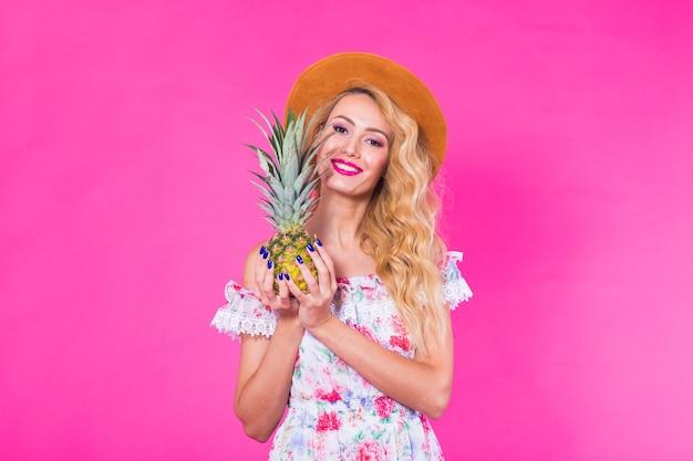 Porträt der lustigen frau und der ananas