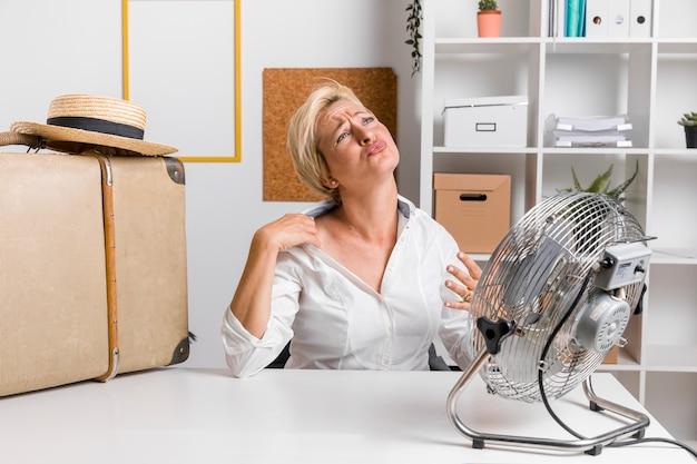 Porträt der mittleren gealterten geschäftsfrau im büro