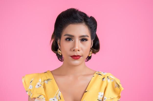 Porträt der modefrauenaktion im studio