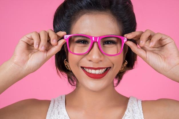 Porträt der modefrauenaktion mit sonnenbrille