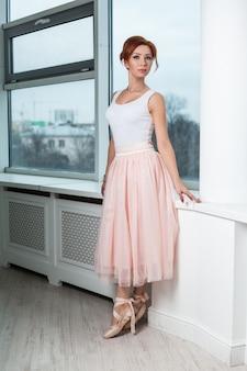 Porträt der modernen ballerina der rothaarigen
