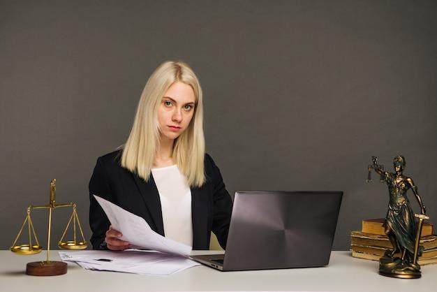 Porträt der müden geschäftsfrau, die kamera während der arbeit im büro betrachtet