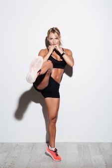 Porträt der muskulös konzentrierten sportlerin in voller länge
