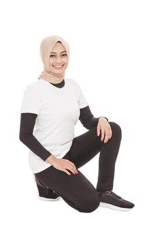 Porträt der muslimischen sportlichen frau, die kniebeugen tut
